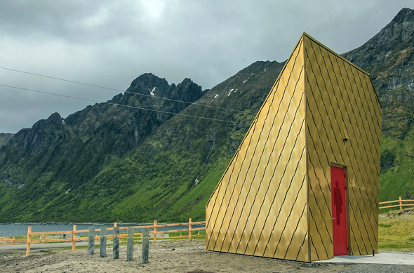 In dem spektakulären Toilettenbau bei Ersfjordstranda auf Senja erhält Müssen müssen im wahrsten Sinne des Wortes etwas Goldiges. (Foto Per Ritzler)