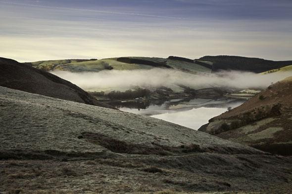 Auch die oft von Nebel verhüllten Cambrian Mountains dienen als Kulisse für die Krimi-Reihe. (Fotos Visit Wales)