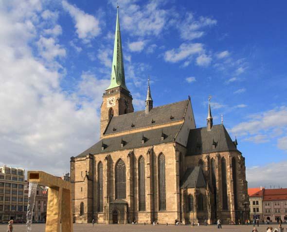 Weithin sichtbares Wahrzeichen von Pilsen: die St. Bartholomäus Kathedrale.
