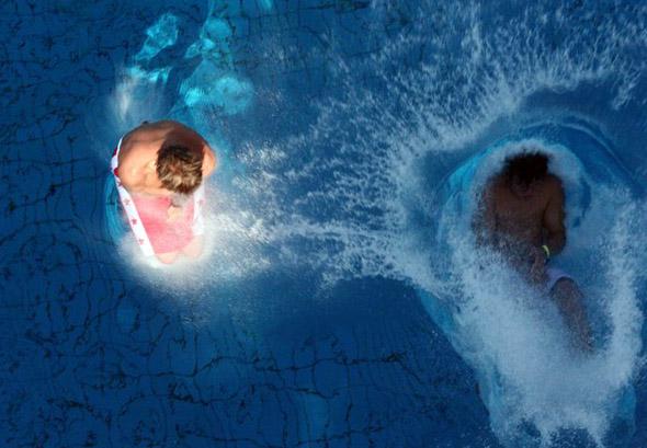 In Sindelfingen gibt es auch einen Kettenwettbewerb, bei dem ein ganze Team nach einander ins Becken springt.