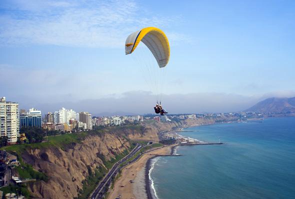 Abgehobener Spaß: Vom  Gleitschirm aus Lima aufs Haupt schauen.