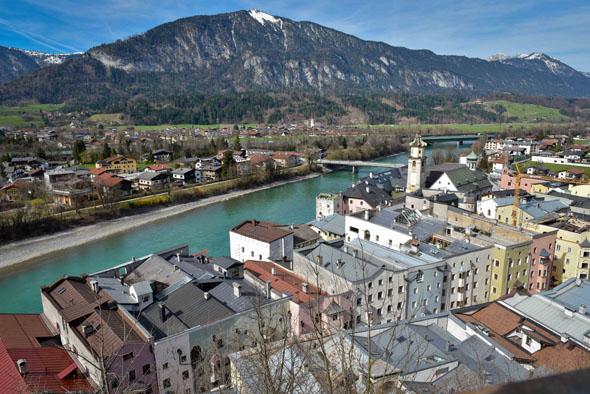 Rattenberg, Österreichs kleinste Stadt, präsentiert sich von oben nach rund 100 Jahren noch genau so wie Expressionist Egon Schiele es malte.