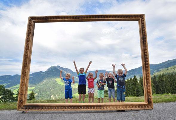 Auf dem Reither Kogel eröffnet ein großer Rahmen im wahrsten Sinne des Wortes ein besonderes Bild vom Alpbachtal.