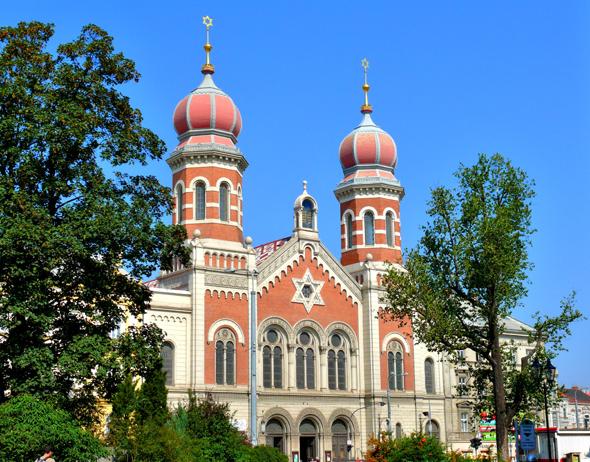 Zu den vielen prachtvollen Gebäuden in Pilsen zählt auch die Synagoge mit ihren auffälligen Türmen.