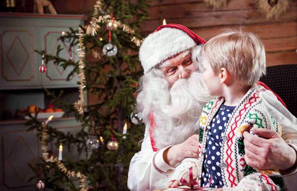 Wie gewohnt empfängt der Weihnachtsmann im Norden von Finnland weiter ganzjährig kleine Jungen und Mädchen. (Fotos Visit Finland)