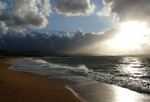 Selbst wenn mal Wolken aufziehen, haben Sardiniens Strände etwas magisches. (Foto Daniel Stricker/Pixelio)
