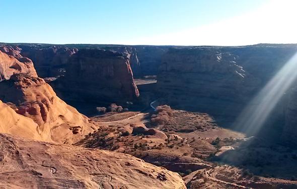 Bizarre Gesteinsformationen und herrliche Lichtspiele kennzeichnen die Nationalparks im Wüstenstaat.