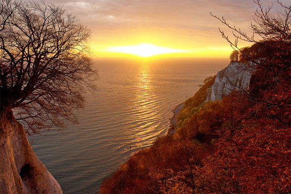 Rügens Kreideküsteist zur jeder Jahreszeit ein lohnendes Ziel für Naturliebhaber. (Foto djd)