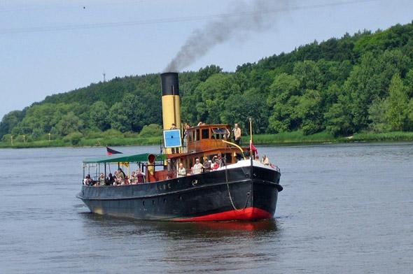 Dem Eisgang trotzen: Eisbrecher waren für die Elbschifffahrt in Lauenburg von großer Bedeutung. Mit dem historischen Dampfeisbrecher Elbe sind heute noch Fahrten möglich. (Foto: djd)