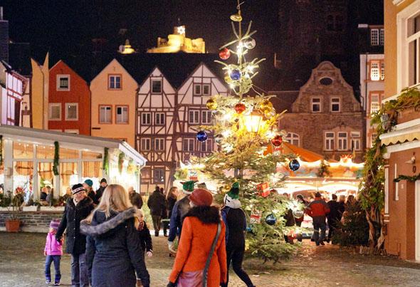 Jeden Abend öffnet sich an der Apotheke am Marktplatz von Bernkastel-Kues ein Türchen des größten Adventskalenders der Region. (Foto: djd)