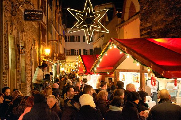 Mehr als 40 festlich dekorierte Weihnachtsstände sind über die mittelalterliche Altstadt von Bernkastel-Kues verteilt und bieten alles, was zum Advent und Weihnachtsfest dazu gehört. (Foto: djd)