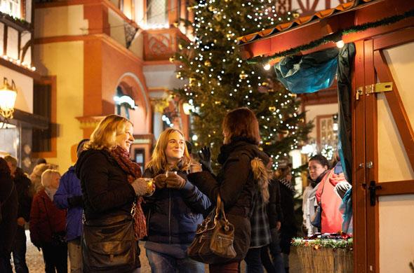 Die malerische Kulisse und das außergewöhnliche Rahmenprogramm machen den Weihnachtsmarkt in Bernkastel-Kues zu etwas Besonderem. (Foto: djd)