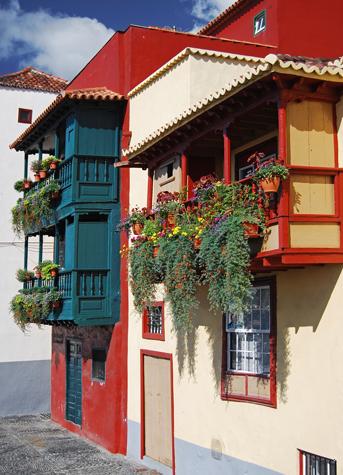 Bunt wie das Inselleben: die Häuser in Santa Cruz de La Palma. (Foto Turespaña)