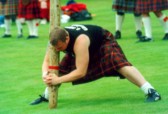 Beim Baumstammwerfen der Braemar Gatherings lassen die Schotten ihre Muskeln spielen. (Foto Karsten-Thilo Raab)