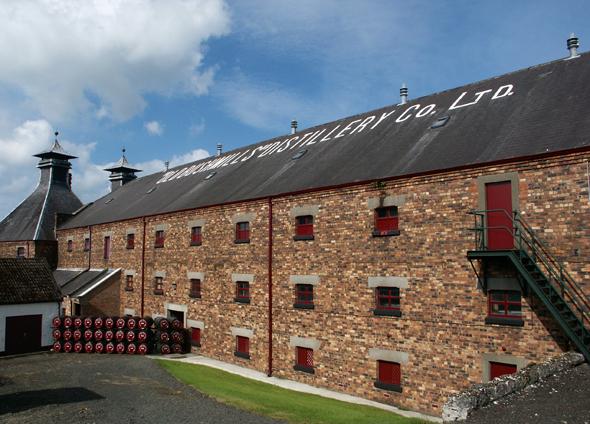 Eine Institution: die Old Bushmills Destillerie in Nordirland, die jährlich mehr als 120.000 Besucher zählt. (Foto Karsten-Thilo Raab)
