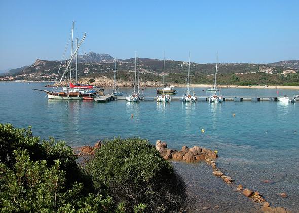 Wer mit dem Boot an Sardiniens Küste unterwegs ist, findet problemlos traumhafte Ankerplätze. (Foto G. Rom/Pixelio)