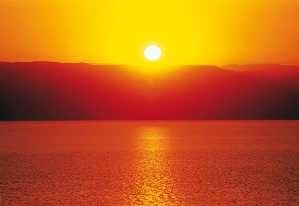 Nicht nur wegen des fast schon kitschigen Sonnenuntergangs ein Muss: der Besuch des Toten Meeres.