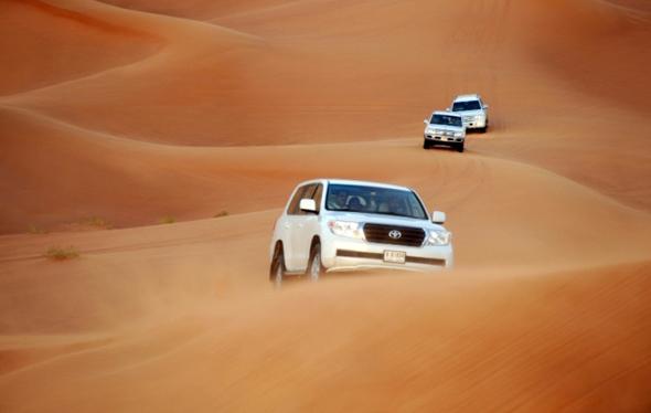 Mit Jeeps und einer Reihe von anderen Fahrzeugen lässt sich in Dubai eine spannende Wüstensafari erleben. (Foto DTCM)