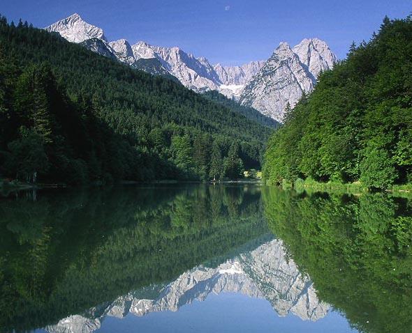 So verlockend blau und klar das Wasser wie hier im Riessersee auch aussehen mag,  beim Nachfüllen mit Wasser aus Bächen oder Seen sollten Wanderer Vorsicht walten lassen. (Foto Markt)