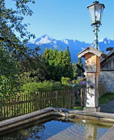 Zahlreiche Brunnenanlagen wie hier in Gamisch locken mit kühlem Nass.