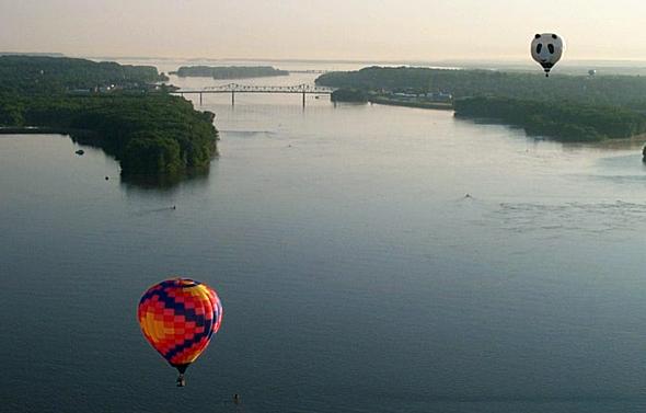 Auch mit dem Ballon lässt sich aus der Vogelperspektive der mächtige Fluss in Augenschein nehmen.