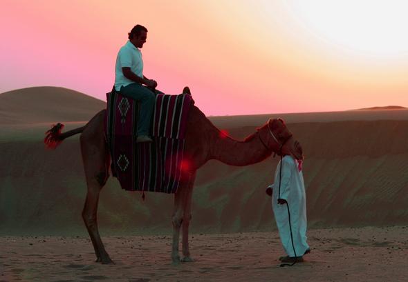 """Wer es urtümlicher mag, kann auf dem Rücken eines """"Wüstenscfhiffs"""" durch die Wüste schaukeln. (Foto Karsten-Thilo Raab)"""