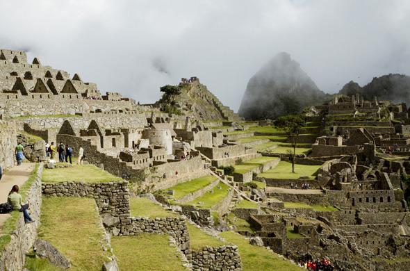 Hunderte Touristen sind Ende Februar 2015 auf einem Trekking-Pfad zur Ruinenstadt Machu Picchu in Peru gestrandet. Nach heftigen Regenfällen hatten die Wassermassen des Rio Aobamba eine Fußgängerbrücke weggerissen. (Foto PromPerú)