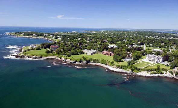 Panoramaansicht auf die Salve Regina University an der Küste von Newport in Rhode Island aus der Vogelperspektive. (Foto Salve Regina University)