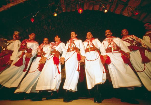 Gerne zeigen die Jordanier in traditionellen Trachten ihre Tänze.