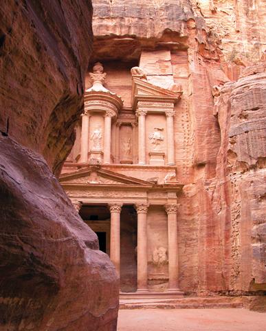 Einfach märchenhaft: Die Felsenstadt Petra mit ihrem berühmten Schatzhaus.