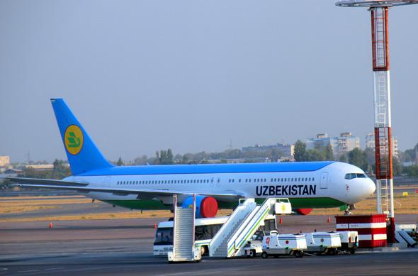 Uzbekistan Airways wagt mit der Waage eine ungewöhnliche Aktion, deren Sinn sich auch sehr vage nicht erschließt. (Foto Karsten-Thilo Raab)