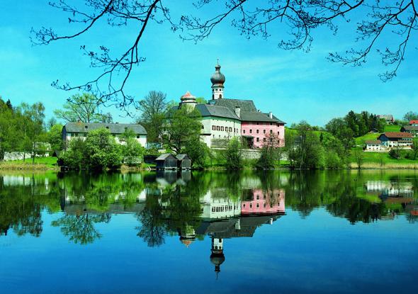 Das Kloster Höglwörth liegt malerisch auf einer Halbinsel im Högelwörther See.