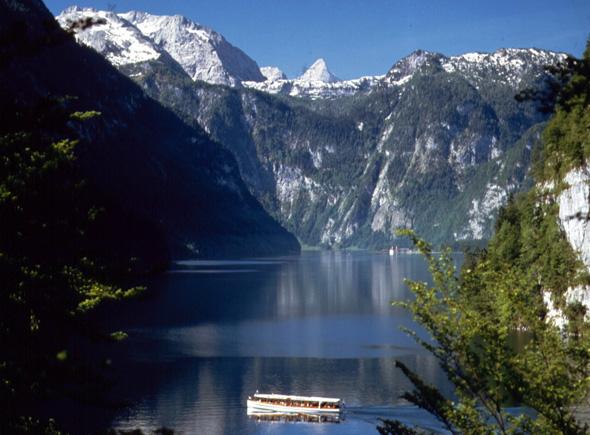 Auf dem Königssee geht es mit dem Boot vorbei an der Schönfeldspitze.