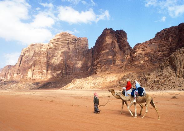 Mit dem Wüstenschiff lässt sich auf den Spuren T. E. Lawrence die Faszination Wadi Rum bequem erleben.