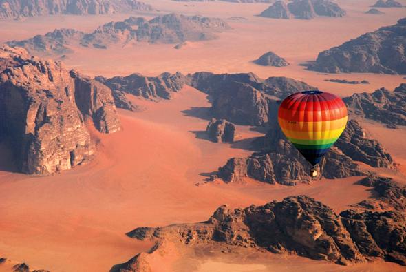 Die Wüstenlandschaft des Wadi Rum in Jordanien ist nicht aus der Vogelperspektive ein echter Hingucker.