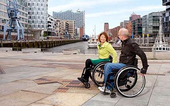 Rund um den Neubau der Elbphilharmonie sind weite Teile bereits behindertengerecht. (Foto Andreas Vallbracht)