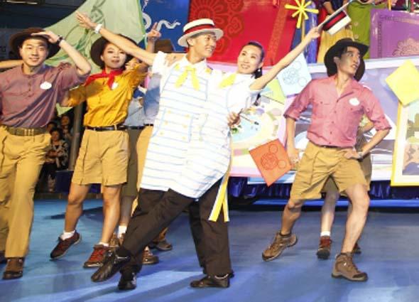 Mottowagen und Tanzeinlagen sorgen für beste Unterhaltung unter freiem Himmel.