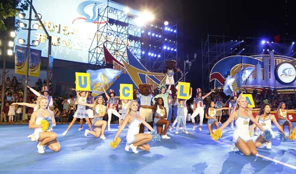 Auch Studierende aus Los Angles zeigen beim Shanghai Touristenfest die eine oder andere Tanzeinlage.