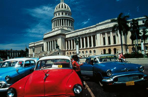 Die Wahrzeichen von Havanna: das Capitol und die Oldtimer-Schlitten.
