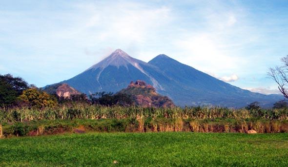 Landschaftsprägend: Vulkankegel vor den Toren von Guatemala-City. (Foto Oliver Brunner/Pixelio)