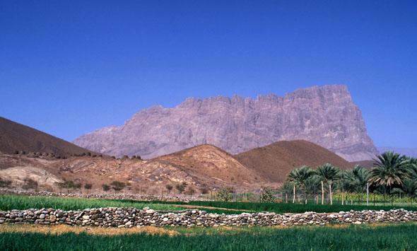 Oman bietet neben Strand und Kultur auch faszinierende Bergwelten. (Foto: djd)
