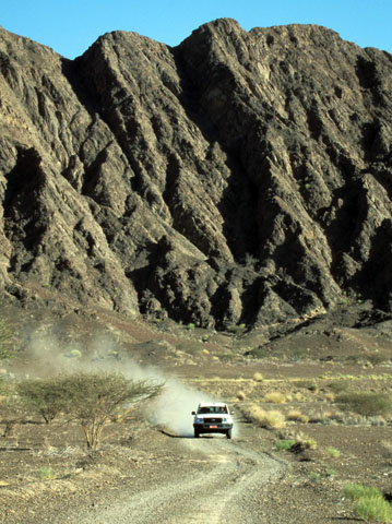 Mit dem Offroader durch die Wüste: Ein ganz besonderes Erlebnis im Sultanat Oman. (Foto: djd)