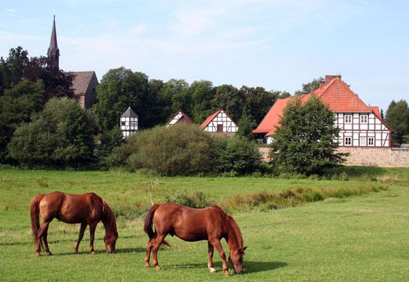 Station am Pilgerweg: Zwischen Weserbergland und Steinhuder Meer liegt das Kloster Loccum im grünen Herzen Niedersachsens. (Foto: djd)