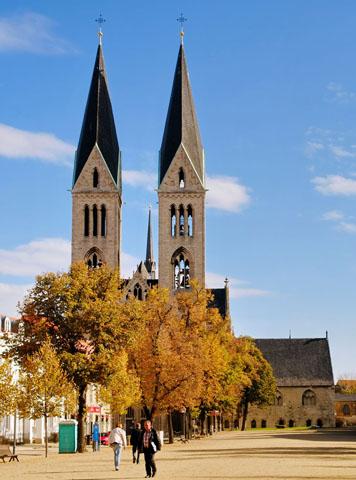 Die schlanken Türme des Doms überragen die Silhouette von Halberstadt. (Foto: Elmar Egner)