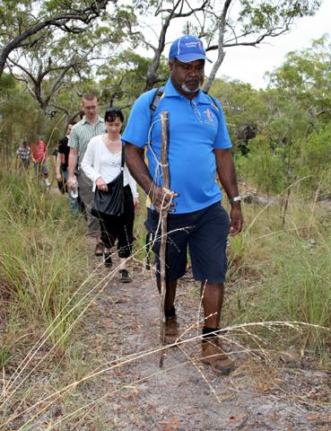 Auf engen Pfaden führt Willie Gordon durch den australischen Busch. (Foto Karsten-Thilo Raab)