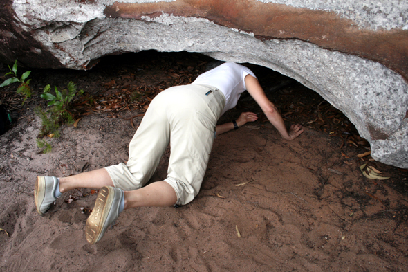 Hier und da muss man sich schon ein wenig verbiegen, um in die Schutzhöhlen der Aborigines zu blicken. (Foto Karsten-Thilo Raab)