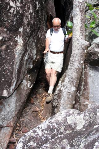 Um zu den gut versteckt liegenden Höhlen der Ureinwohner zu gelangen, geht es auch durch enge Felsspalten. (Foto Karsten-Thilo Raab)