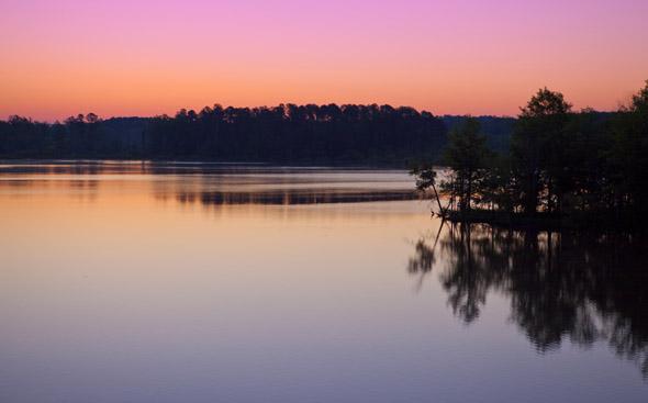 Grandiose Sonnenaufgänge gibt es in North Carolina nicht nur wie hier am Jordan Lake zu bestaunen.