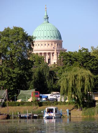Blickfang am Havelufer: die Kuppel der Nikoleikirche in Potsdam. Copyright Karsten-Thilo Raab