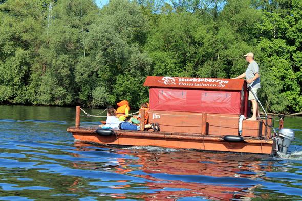Bei Tempo 15 lässt die Floßtour auf der Havel genügend Zeit, um sich zu entspannen.